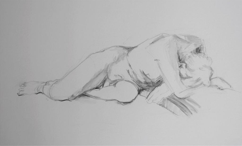 liggend-mannelijk-naakt-met-hoofd-naar-beneden-op-gevouwen-armen