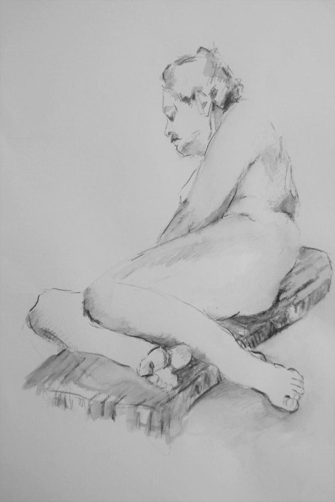 mannelijk-naaktmodel-half-liggend-op-zij