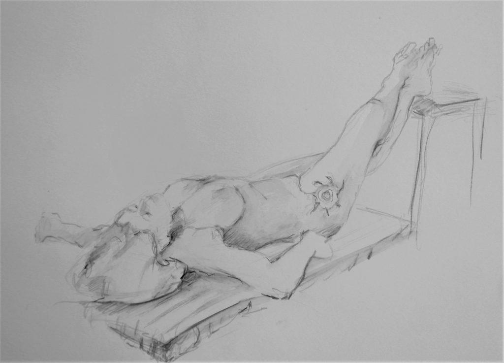potloodschets-liggende-vrouw-op-kussen-met-voeten-op-stoel