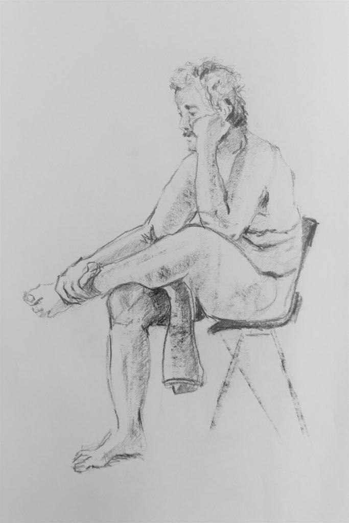 schets-mannelijk-naakt-op-stoel-met-hand-onder-kin-en-handdoek