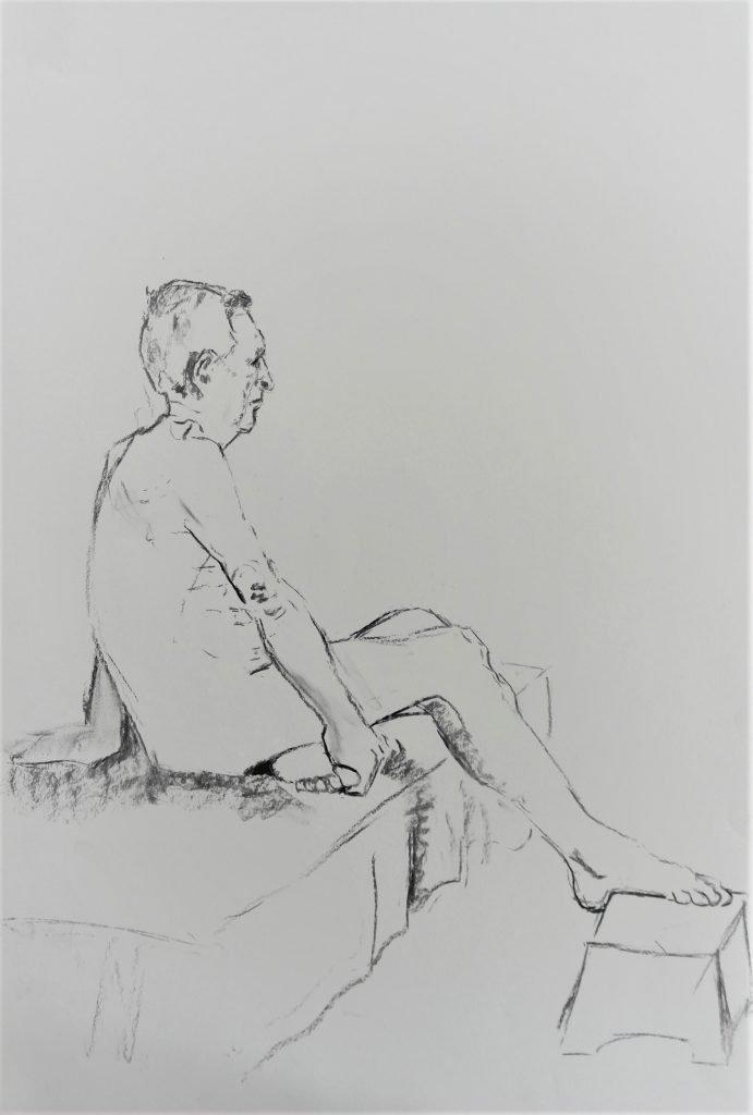 schets-mannelijk-naakt-zittend-hand-houdt-tenen-vast-houtskool
